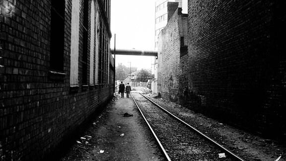 Werktätige eines DDR Betriebes auf dem Weg zur Schicht in Leipzig-Plagwitz