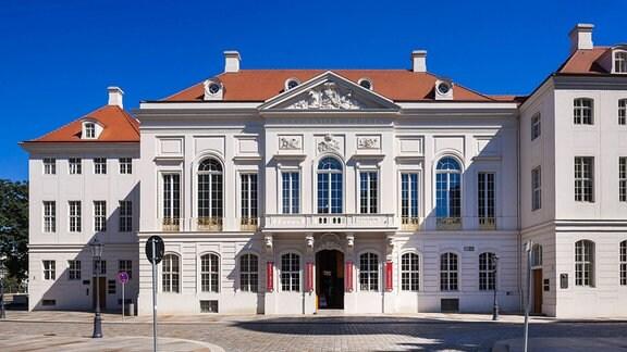 Kurländer Palais Das Kurländer Palais, früher auch als Kurländisches Palais bezeichnet, ist ein historisches Gebäude in Dresden. Es war die letzte altstädtische Kriegsruine und wurde zwischen 2006 und 2008 wiederaufgebaut.