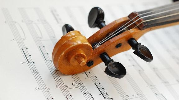 Geigenkopf auf Notenblatt