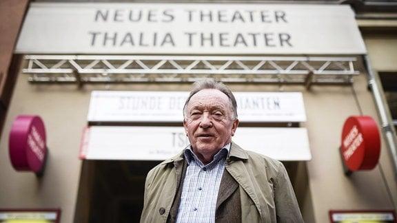Peter Sodann vor dem neuen theater in Halle (Saale), das am 08.04.2016 sein 35. Jubiläum feierte.