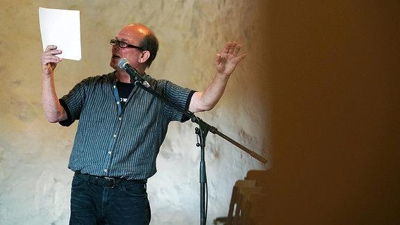 Peter Wawerzinek setzt bei einer Lesung auch seine Arme ein.