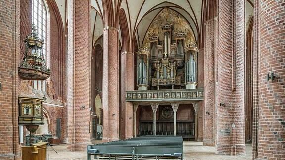 Marienkirche in Stendal, Innenaufnahme mit Orgelempore.