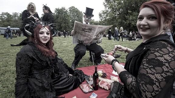 Festivalbesucher auf dem Viktorianischen Picknick auf dem 27. Wave-Gotik-Treffen in Leipzig.
