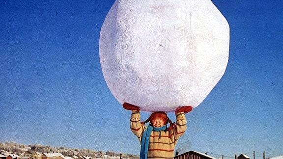 Pippi Langstrumpf mit riesigem Schneeball