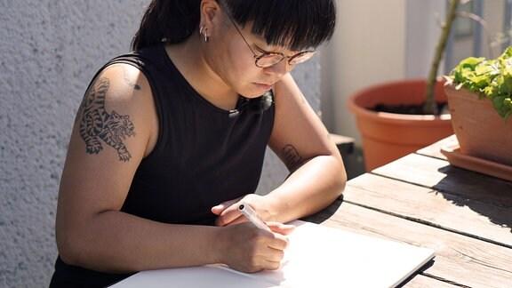 """Illustratorin Hân Lê zeichnet für die spielbare Graphic Novel """"Plan F""""."""