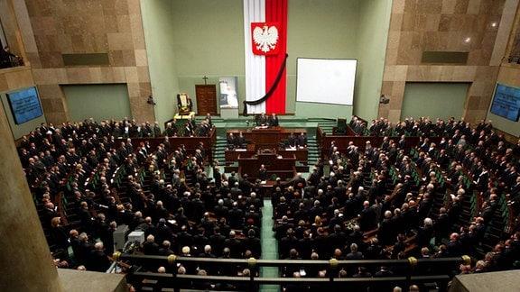 Abgeordnete gedenken in einer Schweigeminute Papst Johannes Paul II. während einer Sitzung des polnischen Parlaments in Warschau.