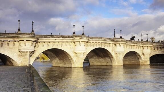 Pont Neuf Brücke über die Seine in Paris