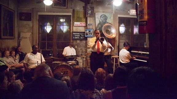 Jazz Musiker spielen in der Preservation Hall, New Orleans, Louisiana, USA