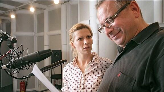 Hilmar Eichhorn spricht die Rolle von Kommissar Jost Fischer und Nele Rosetz spricht die Rolle von Kommissarin Annika de Beer.