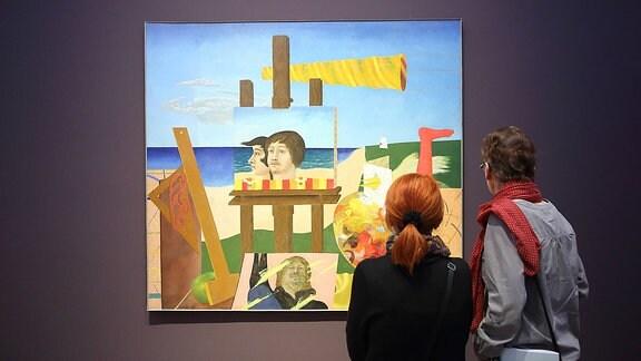 Besucher betrachten das Gemälde Selbstverständnis von Frieder Heinze während eines Rundgangs in der Ausstellung Hinter der Maske