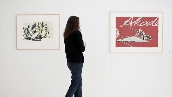 Besucher in einer Ausstellung von Neo Rauch in Aschersleben