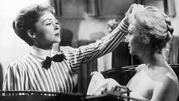 Blandine Ebinger und Lilli Palmer (von links) 1958 im Film 'Mädchen in Uniform'.