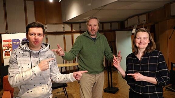 """Christian Friedel, Stephan Grossmann und Birte Schnöink (v.l.n.r.) während den Aufnahmen zum MDR-Hörspiel """"Unsere blauen Augen"""" im Februar 2021"""