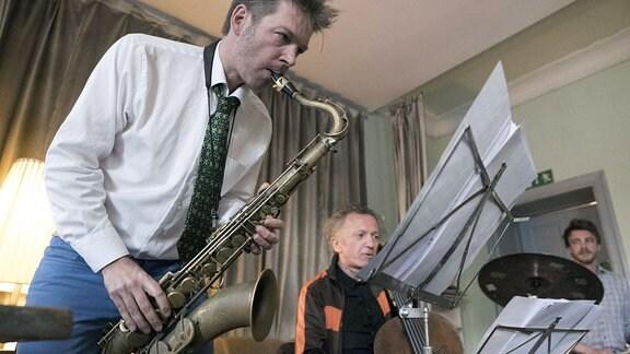 Der Saxophonist Daniel Erdmann spielt auf seinem Saxophon.