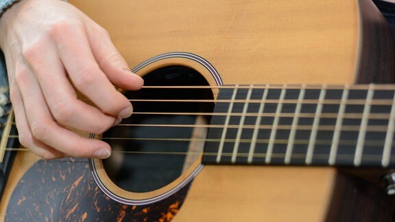 Eine Gitarre wird gespielt