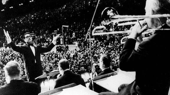 Kurt Edelhagen und die Mitglieder der Bigband Kurt Edelhagen Orchester.