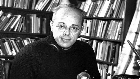 Der polnische Schriftsteller Stanislaw Lem (1921-2006) an seinem Schreibtisch