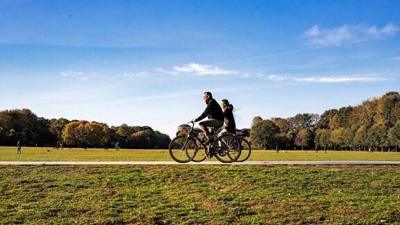 Radfahrer im herbstlichen Stadtpark