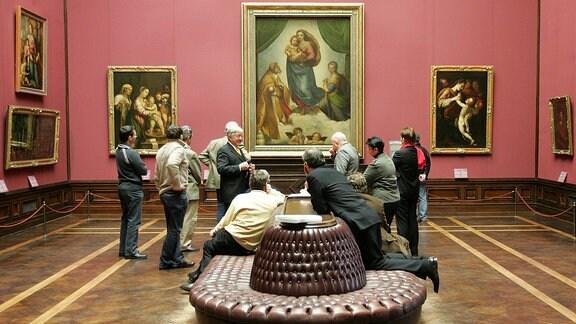 Besucher der Gemäldegalerie - Alte Meister - bestaunen Raffaels Sixtinische Madonna