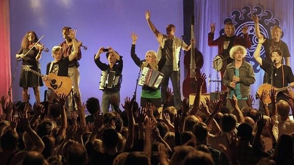 Konzert der Gruppe ''17 Hippies'' im Kulturzelt in Braunschweig.
