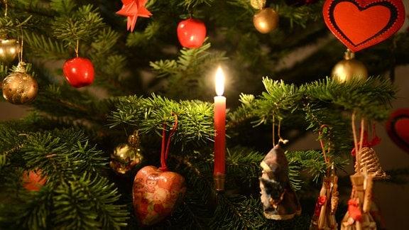 Schmuck an einem Weihnachtsbaum