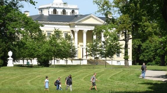 Das Schloss im Wörlitzer Park. In der zweiten Hälfte des 18. Jahrhunderts wurde der Park unter der Regentschaft von Fürst Leopold III. Friedrich Franz von Anhalt-Dessau (1740?1817) geschaffen. Er gehört zur UNESCO-Welterbestätte Dessau-Wörlitzer Gartenreich.