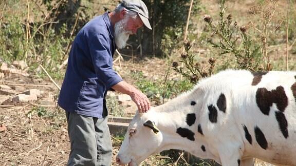 Früher hielt Bauer Zheko Kühe nur für den Eigenbedarf. Dank der EU-Gelder konnte er seinen seinen Bestand aufgestocken und beliefert nun die umliegenden Dörfer mit Milch.