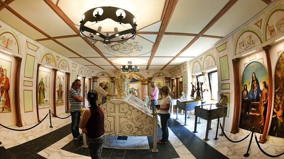 In Reppichau (Sachsen-Anhalt) bei Dessau schauen sich Besucher im vor einem Jahr eingerichteten Kaisersaal Bilder und Dokumente zur mittelalterlichen Rechtsgeschichte, Exponate der Köthener Kirche «St. Marien» und Bilder und Dokumente aus dem Museum Terrasini (Sizilien) an.
