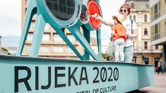 """Auf einem stählernen Sockel steht """"Rijeka 2020"""" geschrieben."""