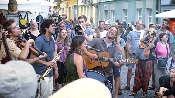 Musiker und Publikum auf einer Straße
