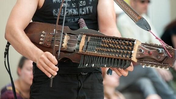 Nyckelharpa, gespielt von einem Straßenmusikanten beim Rudolstadt-Festival
