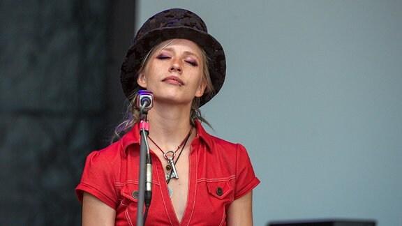 Rudolstadt Festival 2017: Cynthia Nickschas beim Konzert mit den Sommernachtspoeten (Deutschland) auf der Heidecksburg