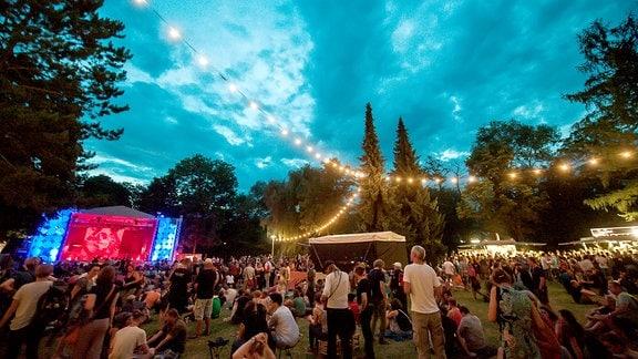 Bühne nachts im Heinepark