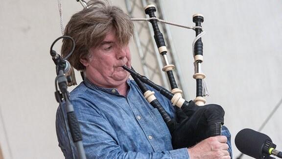 Der schottische Dudelsackspieler Fred Morrison beim Rudolstadt-Festival 2017