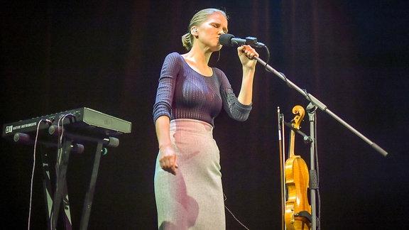 Maarja Nuut mit Geige und Loopstation