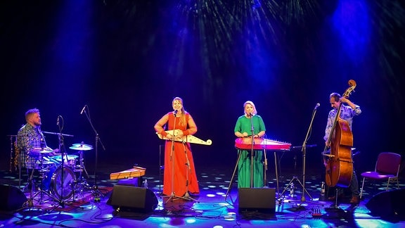 Mari Kalkun mit Band im Theater