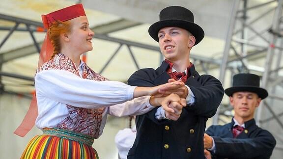Kuljus Tanzpaar auf der Marktbühne