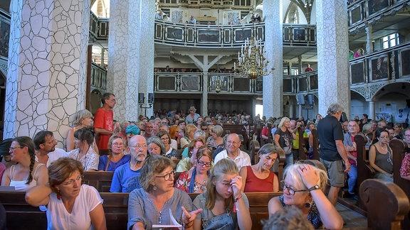 Arsis Publikum wartet in der Stadtkirche auf den Konzertbeginn