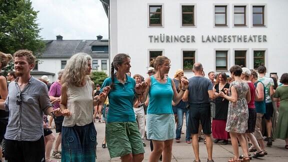 Tanzworkshop vorm Landestheater beim Rudolstadt-Festival