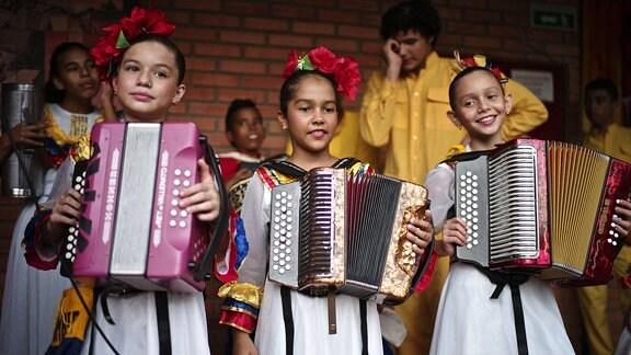 Schülerinnen der Akkordeon-Akademie in Valledupar (Kolumbien) lernen den Vallenato zu spielen