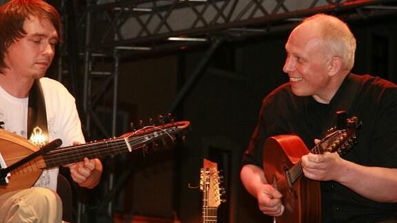 """Wolfgang Meyering (rechts) beim Projekt """"Magic Lute"""" während des TFF Rudolstadt 2009"""