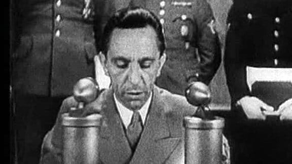 Propagandaminister Joseph Goebbels hält in seinem Büro eine Radioansprache