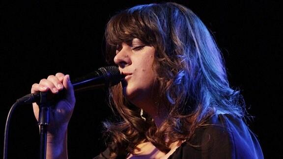 Eine Sängerin auf der Bühne.