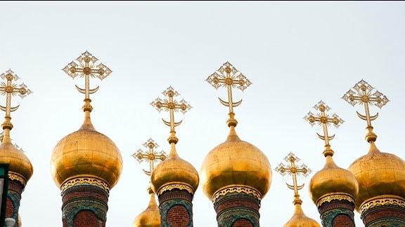 Typische, vergoldete Türme mit Zwiebelhaube eines russisch-orthodoxen Kirchengebäudes.
