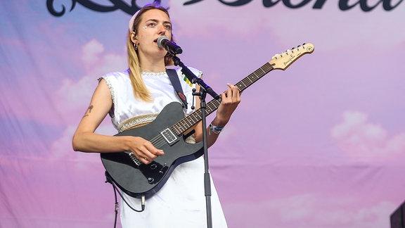 Die deutsche Band 'Blond' spielt 2019 mit Sängerin Nina Kummer beim Southside Festival.