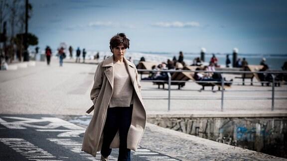 Cristina Branco läuft über einen Platz.
