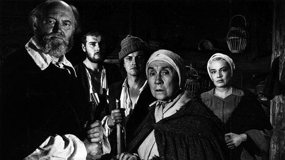 Die Sklavin Tituba (Darling Légitimus, Mi.) versucht Betty (Christiane Ferez, liegend), die Tochter des Priesters, zu beruhigen