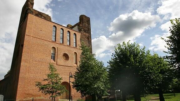 Die teilweise wieder aufgebaute Sankt-Laurentius-Kirche im altmärkischen Sandau