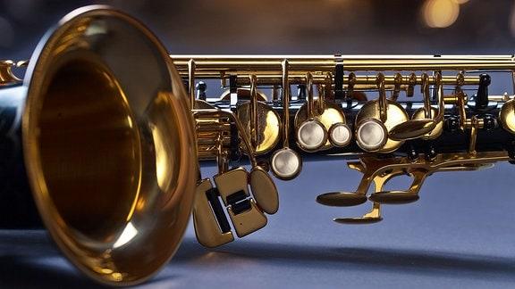 Ein Saxophon liegt auf deinem Tisch.
