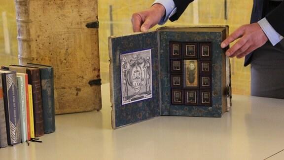 Ein sogenanntes Scheinbuch der Klassikstiftung Weimar. Die Buchattrappe enthält eine Giftapotheke.
